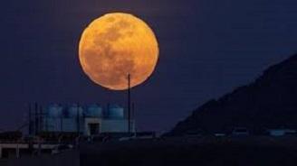 ظهور قمر عملاق في سماء السعودية شاهد التفاصيل